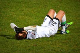 サッカーで負けて落ち込む選手